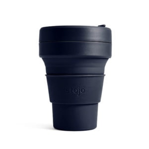 stojo Pocket Cup - der faltbare Coffee to go Becher (12oz) - denim / dunkelblau